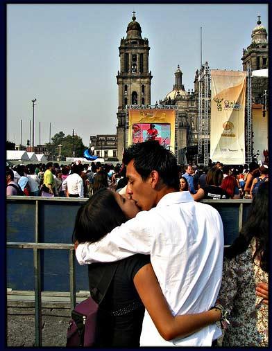 Mexico_city_mass_kiss