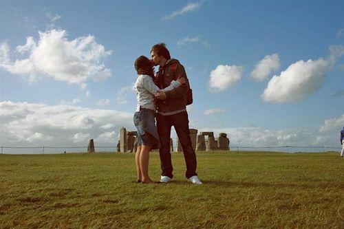 Kissing_at_stonehenge_rocks