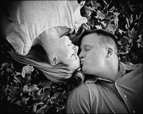 Kiss_in_the_leaves