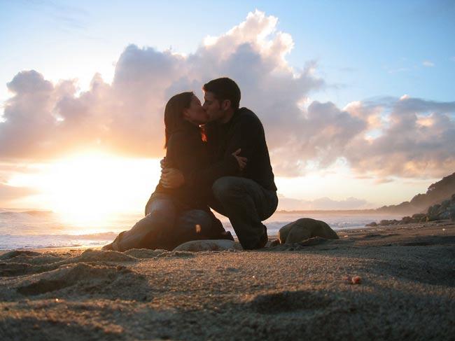 Us_Kissing_At_Sunset