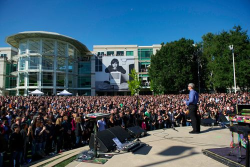 Steve_Jobs_Celebration_Apple_Campus_October_19