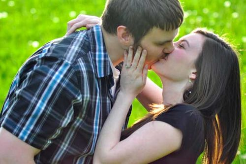 Kissing_in_the_field_of_dreams