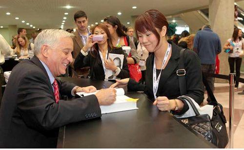 Walter_Isaacson_Steve_Jobs_Signing