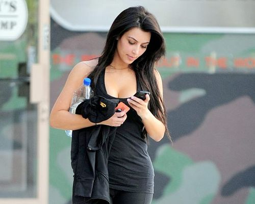 Kim_Kardashian_walking_texting